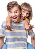 Portret van broer en zuster Stock Foto's