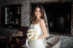 Portret van bruid in witte huwelijkskleding en boeket met rozen stock afbeeldingen