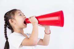 Portret van Chinees Aziatisch leuk meisje met megafoon royalty-vrije stock afbeeldingen