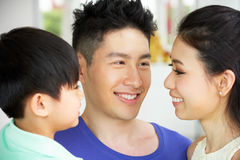 Portret van Chinese Familie samen thuis Stock Fotografie