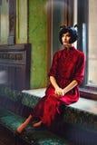 Portret van damebrunette in het oude kasteel Het meisje van de schoonheid Stock Afbeelding