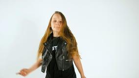 Portret van Dansende Modieuze Jonge Model Toevallige de Stijlkleren van Teenager Girl In stock video