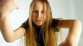 Portret van Dansende Modieuze Jonge Model Toevallige de Stijlkleren van Teenager Girl In stock footage