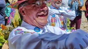 Portret van dansersbejaarde tijdens een parade Paseo del Nino op Kerstmis, Euador stock foto
