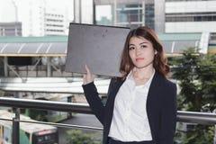 Portret van de aantrekkelijke jonge Aziatische omslag van het de holdingsdocument van de secretaressevrouw op buitenkantoor royalty-vrije stock afbeeldingen