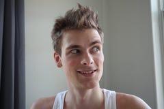 Portret van de aantrekkelijke jonge mens met tevreden uitdrukking Witte achtergrond Emotioneel portret duidelijke huid en kort ha stock foto's