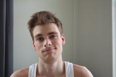 Portret van de aantrekkelijke jonge mens met tevreden uitdrukking Witte achtergrond Emotioneel portret duidelijke huid en kort ha royalty-vrije stock fotografie