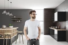 Portret van de aantrekkelijke mens in keuken Stock Afbeeldingen