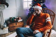 Portret van de aantrekkelijke mens vóór Kerstmis stock foto's