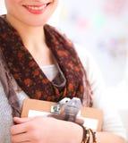 Portret van de aantrekkelijke vrouwelijke zitting van de manierontwerper bij bureau Stock Foto's