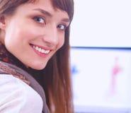 Portret van de aantrekkelijke vrouwelijke zitting van de manierontwerper bij bureau Stock Fotografie