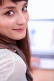 Portret van de aantrekkelijke vrouwelijke zitting van de manierontwerper bij bureau Royalty-vrije Stock Foto