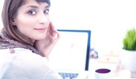 Portret van de aantrekkelijke vrouwelijke zitting van de manierontwerper bij bureau Royalty-vrije Stock Fotografie