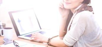 Portret van de aantrekkelijke vrouwelijke zitting van de manierontwerper bij bureau Stock Afbeeldingen