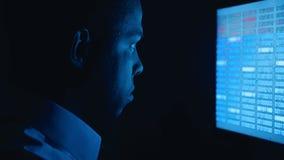 Portret van de Afrikaanse Amerikaanse software van de de codagenetwerkbeveiliging van de mensenprogrammeur Hakker het typen code  stock video