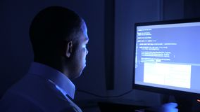 Portret van de Afrikaanse Amerikaanse software van de de codagenetwerkbeveiliging van de mensenprogrammeur Hakker het typen code  stock videobeelden