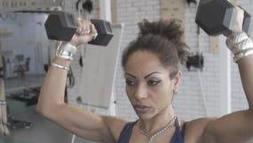 Portret van de Amerikaanse sportvrouw van Afro, die domoorexersices in de gymnastiek doet stock video