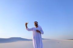 Portret van de Arabische sjeikmens met gadget dat binnen communiceert Royalty-vrije Stock Foto