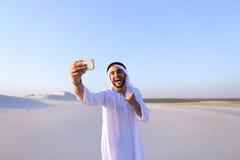 Portret van de Arabische sjeikmens met gadget dat binnen communiceert Royalty-vrije Stock Afbeeldingen