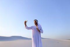 Portret van de Arabische sjeikmens met gadget dat binnen communiceert Stock Foto