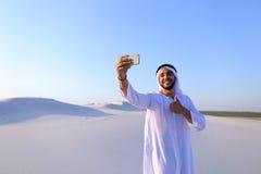 Portret van de Arabische sjeikmens met gadget dat binnen communiceert Royalty-vrije Stock Afbeelding