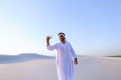 Portret van de Arabische sjeikmens met gadget dat binnen communiceert Royalty-vrije Stock Foto's