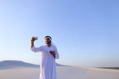 Portret van de Arabische sjeikmens met gadget dat binnen communiceert Stock Fotografie
