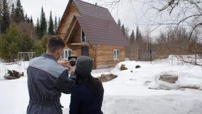 Portret van de arbeider van het huis dat een inspectie door thermische imager uitvoert Om aan de klant te tonen stock video