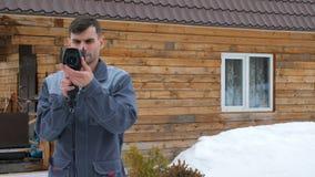 Portret van de arbeider van het huis dat een inspectie door thermische imager uitvoert Om verliezen van te zoeken stock videobeelden