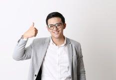 Portret van de Aziatische Mens op Geïsoleerde Achtergrond met Gebaarteken Stock Foto