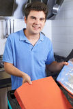 Portret van de Bedelaars van Person Putting Food Into Insulated van de Pizzalevering stock afbeeldingen
