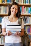 Portret van de boeken van een studentenholding stock foto