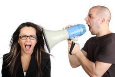 Portret van de boze mens die bij megafoon schreeuwt Royalty-vrije Stock Foto's