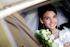 Portret van de bruid in de huwelijksauto Stock Afbeelding