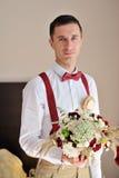 Portret van de bruidegom met een boeket in handen Stock Fotografie