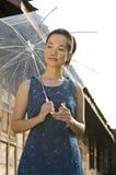 Portret van de camera van de vrouwenholding Royalty-vrije Stock Afbeeldingen