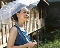 Portret van de camera van de vrouwenholding Stock Fotografie