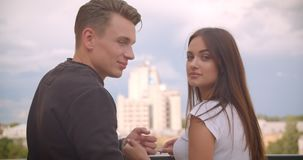Portret van de close-up het achtermening van jong leuk Kaukasisch paar die mooie mening bekijken en aan camera draaien die zich b stock videobeelden