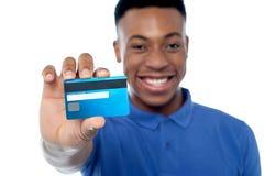 Portret van de creditcard van de jonge mensenholding Stock Afbeelding