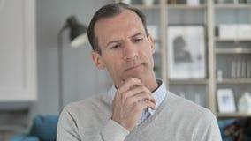 Portret van de Denkende Midden Oude Mens in Bureau stock videobeelden