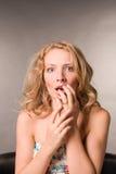 Portret van de doen schrikken vrouw van blonde stock afbeelding