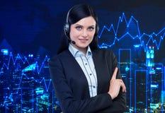 Portret van de donkerbruine exploitant van de steuntelefoon met de hoofdtelefoon Royalty-vrije Stock Afbeelding