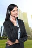 Portret van de donkerbruine exploitant van de steuntelefoon met de hoofdtelefoon Royalty-vrije Stock Foto