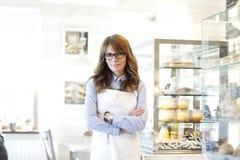 Portret van de eigenaar van de bakkerijwinkel Stock Foto's