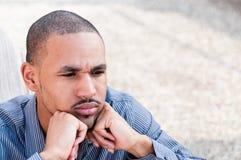 Portret van de Ernstige, Jonge Afrikaanse Amerikaanse Mens Stock Foto's