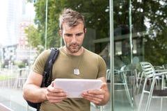 Portret van de ernstige stedelijke computer van de mensen lwith tablet in stree royalty-vrije stock foto