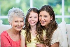 Portret van de familiezitting van meerdere generaties op bank Stock Foto