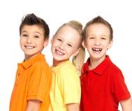 Portret van de gelukkige die kinderen op wit worden geïsoleerde Royalty-vrije Stock Afbeeldingen