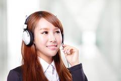 Portret van de gelukkige glimlachende exploitant van de steuntelefoon in hoofdtelefoon Stock Fotografie