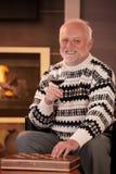 Portret van de gelukkige hogere mens die wijn heeft Stock Foto